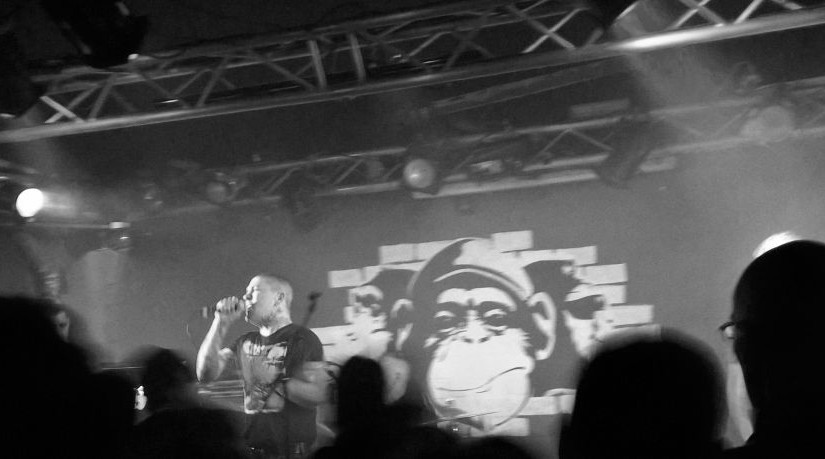 … a surprise, a disappointment and loads of sing-a-long: a Friday night at Monkeys Music Club!
