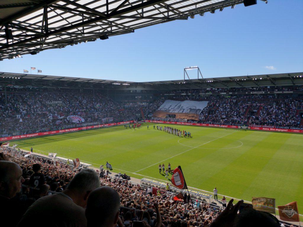 Danke Haupt! Wir sind der Fussballclub Sankt Pauli! Und aus Hamburg an der Elbe kommen wir!